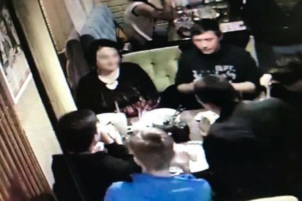 Эту компанию опознали сотрудники ресторана «Три толстяка», где молодые люди посидели на 19 тысяч рублей и сбежали, не расплатившись