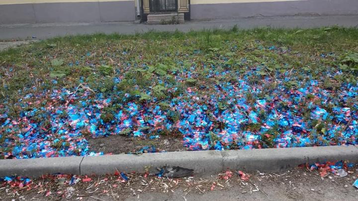 В Екатеринбурге мусор от хлопушек с марафона «Европа — Азия» оставили на газонах
