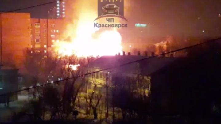 Ночью в серьезном пожаре выгорело бесхозное здание судебных приставов