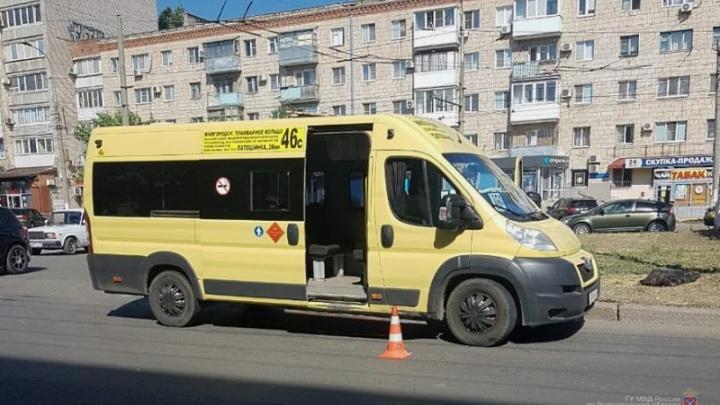 В Волгограде маршрутка сбила перебегавшую женщину