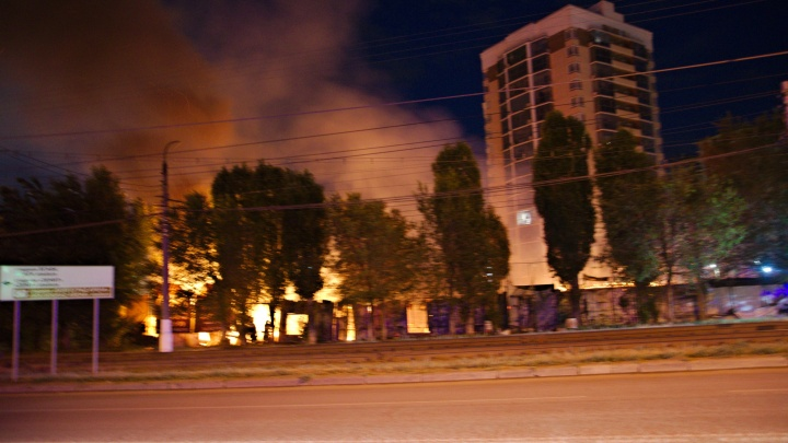 «Париж сгорел»: в Волгограде полыхнуло забытое кафе в Дзержинском районе