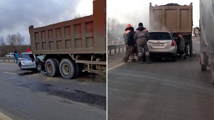 В Тобольске водитель погиб, врезавшись в грузовик Howo