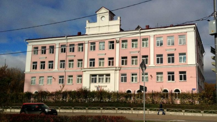 Директору пермской гимназии, не допустившей к занятиям школьниц с крашеными волосами, грозит штраф