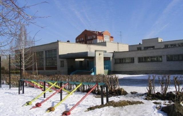«Прохожие выломали дыры в заборе»: курганская администрация отремонтирует школу № 11