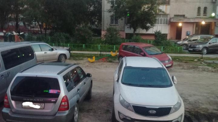 «Я паркуюсь, как...»: заставленная машинами детская площадка на Московском тракте и таксист-инвалид