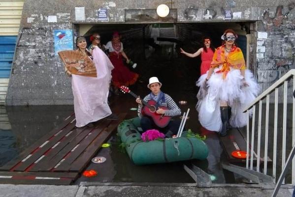 Переход, в котором провели венецианский карнавал, топит каждый год
