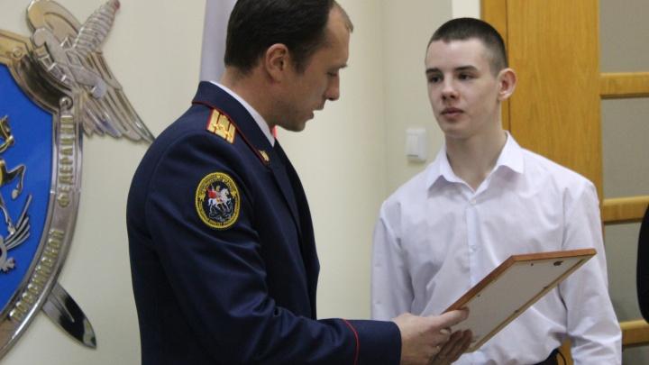 Грабитель пытался его душить: в Ярославле подросток спас женщину