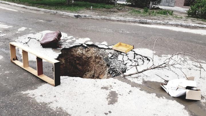Провал разрастается: асфальт ушел под землю на юге Волгограда