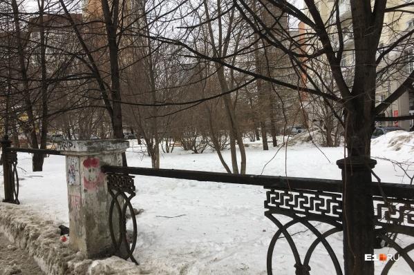 Часть пролетов ограды кто-то украл