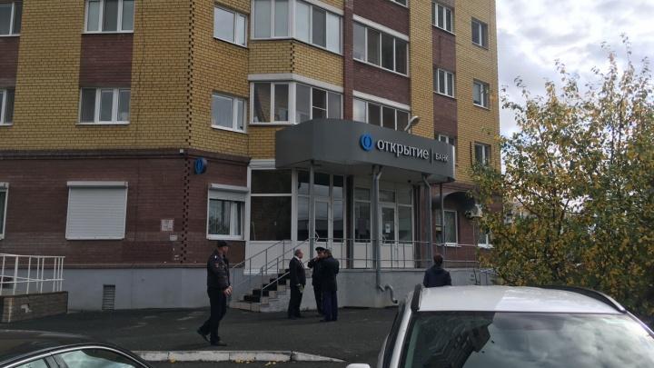 Вооружен и с заложницей: в Сети появилось фото подозреваемого в ограблении тюменского банка