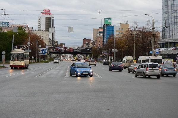 Перекресток проспекта Ленина и Артиллерийской (вид с точки зрения водителя). Двигаясь по левой полосе, попадаешь на встречку