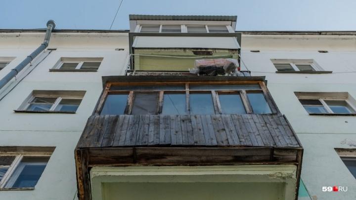 Отвалился бортик балкона. Житель Березников чудом выжил после падения с третьего этажа