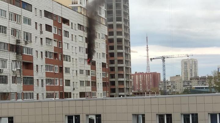 На вызов приехали 16 пожарных машин: на Щорса загорелась квартира