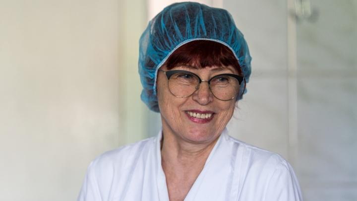 «Сначала меня смущались»: сибирячка в 62 года поступила в колледж и стала медсестрой