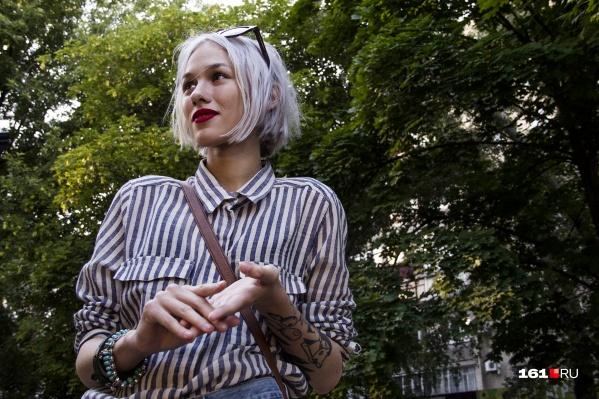 Депутат считает, что яркому макияжу и цвету волос не место в школе