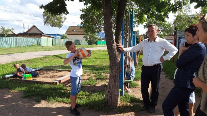 Детям — белые носки, дому — новые обои: как семья из Давлеканово ждала Радия Хабирова