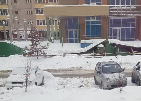 У поликлиники на Пермякова из-за скопившегося снега забор рухнул на стоящий автомобиль