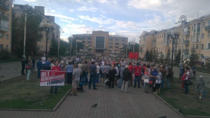 В районах Красноярска прошли митинги против повышения пенсионного возраста