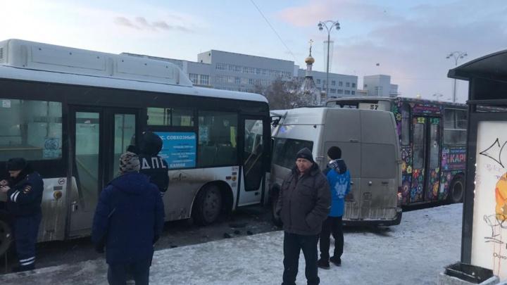 У Главпочтамта два автобуса сплющили маршрутку