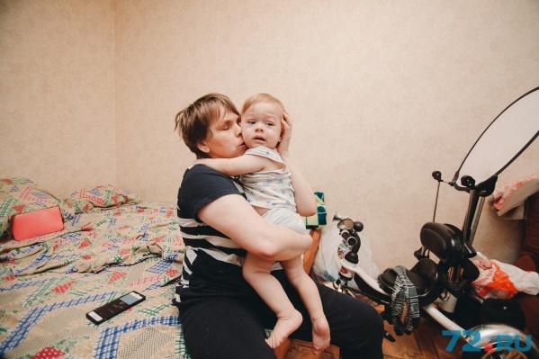 Анастасия с маленьким Ермаком живут в пятиэтажном пансионате наГеологоразведчиков