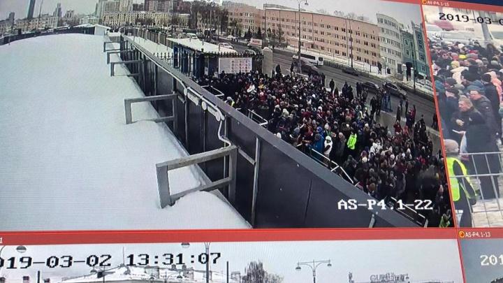 «Люди вынуждены стоять в очередях»: «Урал» просит вернуть вход на арену, который закрыли после ЧМ