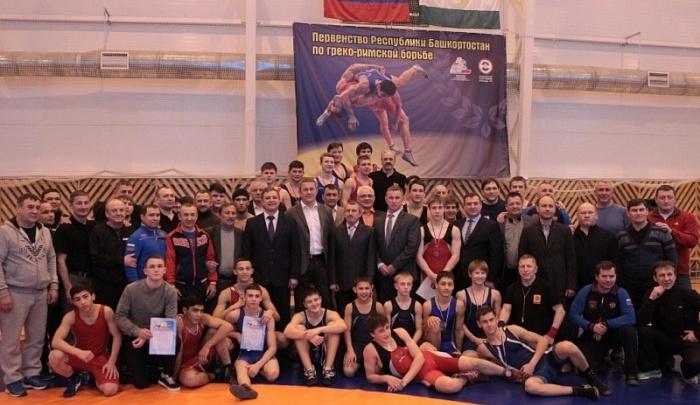 «Борьба — это правильный вид спорта, он закаляет характер»: Радий Хабиров наградил юных спортсменов