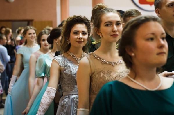 Нарядные дамы и кавалеры исполнят 15 танцев