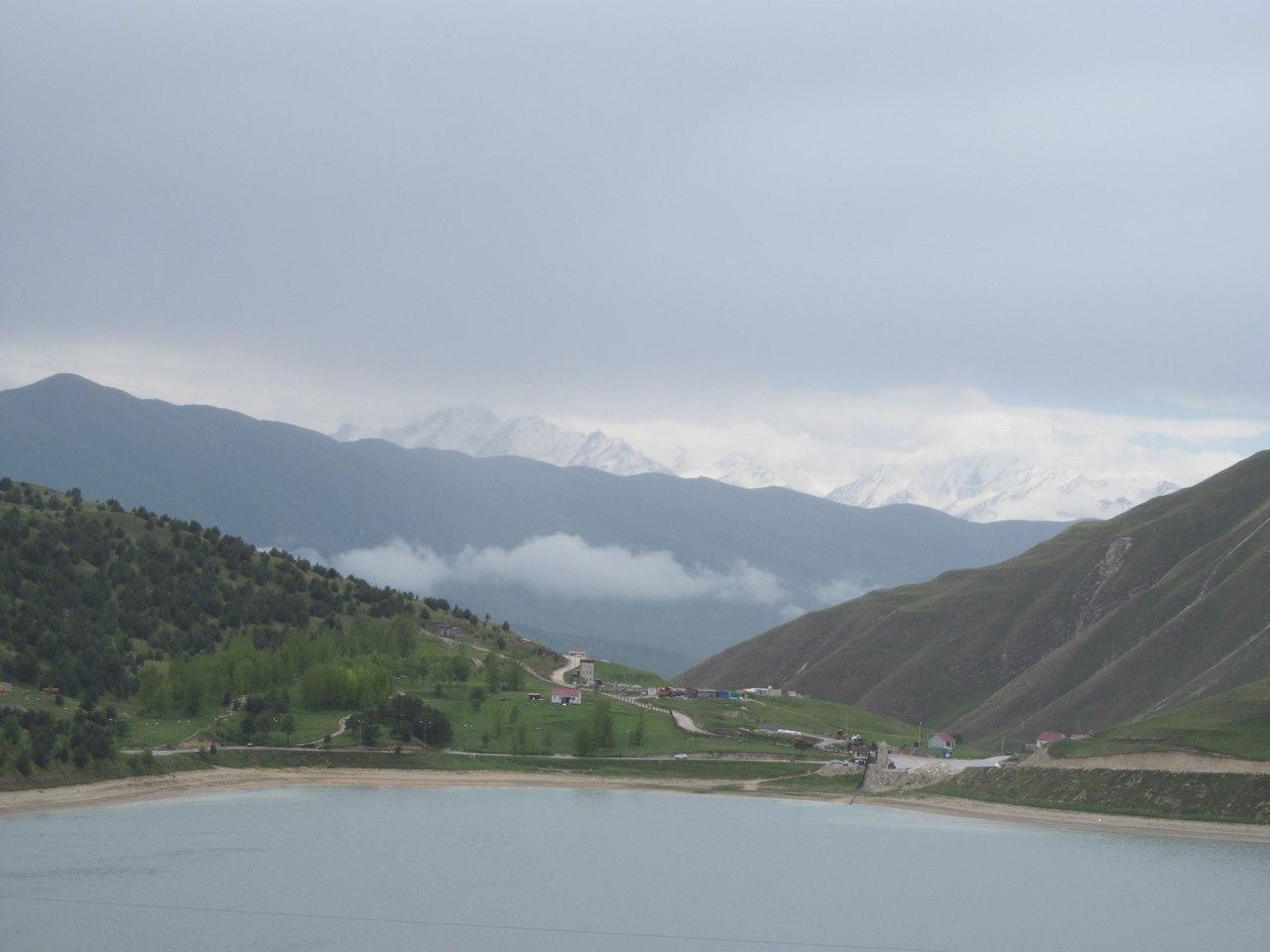 Поглядите только, как рядом с озером красиво! Любоваться этим пейзажем можно бесконечно