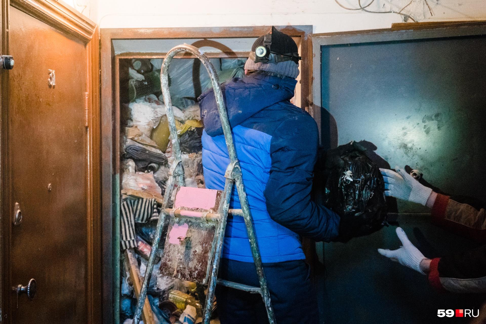 В начале уборки квартира была заполнена мусором под завязку