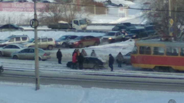 Пассажиры трамвая вытащили ВАЗ, который застрял на трамвайных путях на Малышева
