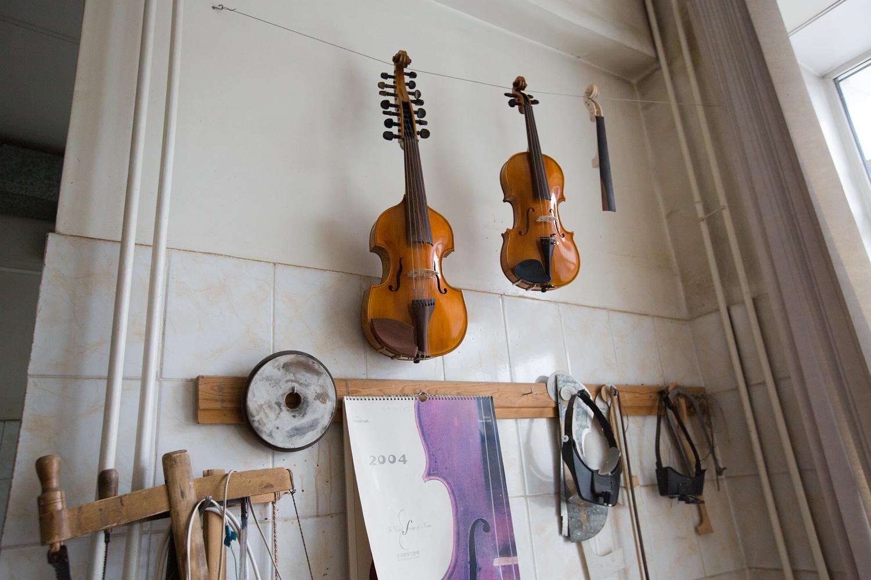 В небольшой мастерской он сделал инструменты, которые теперь звучат по всему миру