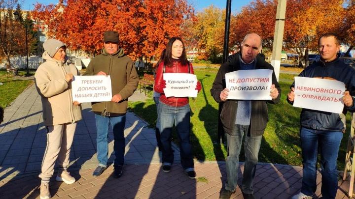 «Требуем допросить детей»: ученики и родители вышли на акцию в поддержку обвинённого директора школы