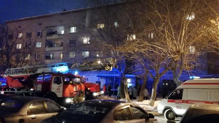 На Сургутской из горящего общежития эвакуировали 57 человек