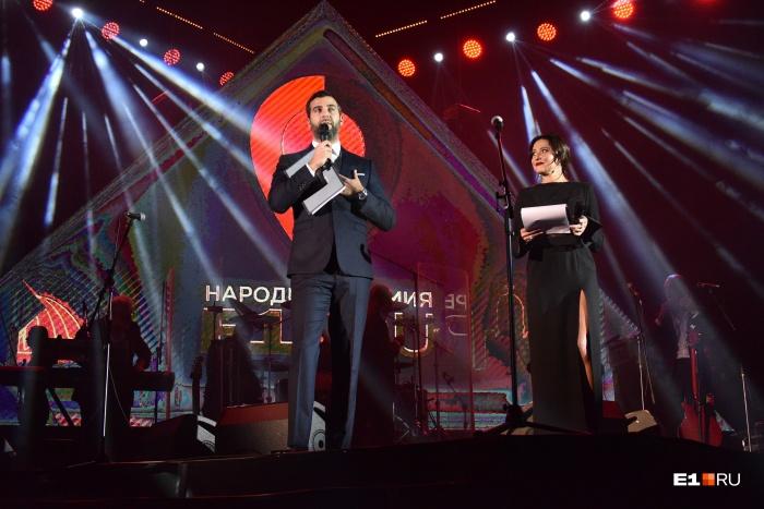 Вторую Народную премию вели Иван Ургант и Джулия Игнатова