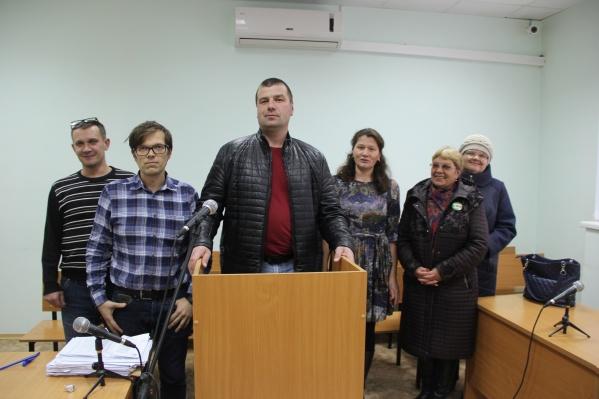 Александр Власов (в центре) вУсть-Вымском районном суде