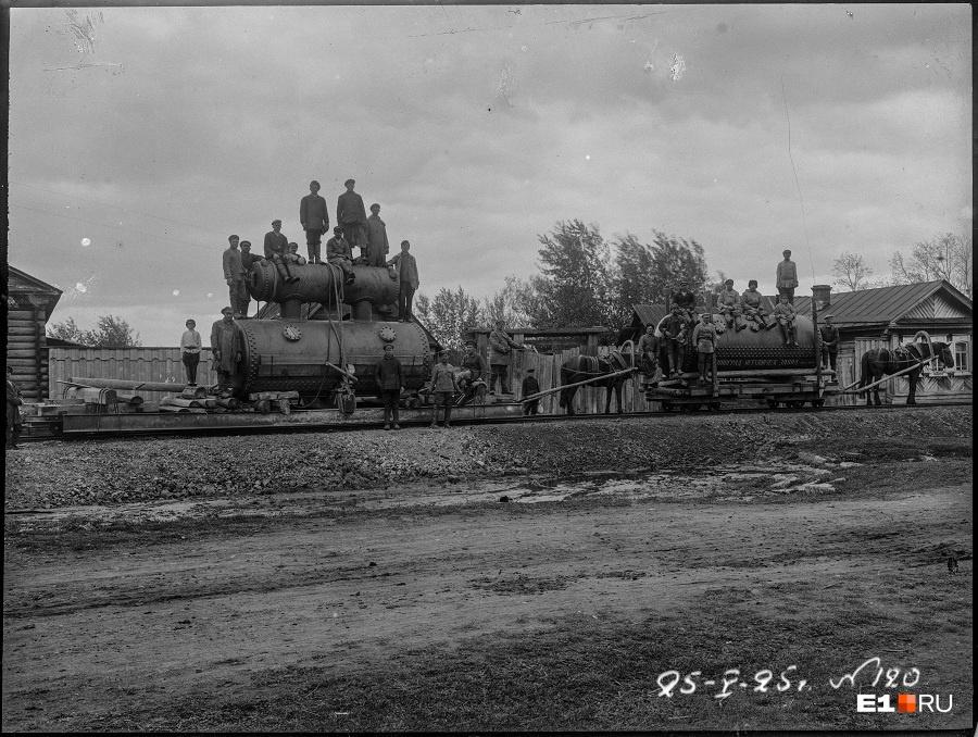 Турбины для станции привезли с Ленинградского металлического завода. Оборудование доставляли на дрезинах с помощью конной тяги, а затем по водной глади, на лодках и понтонах