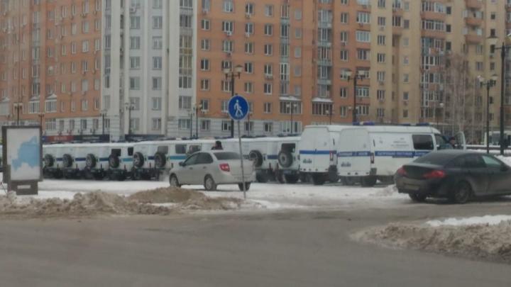 Возле ГПНТБ собрался парад из полицейских машин: МВД готовится к новогодним праздникам