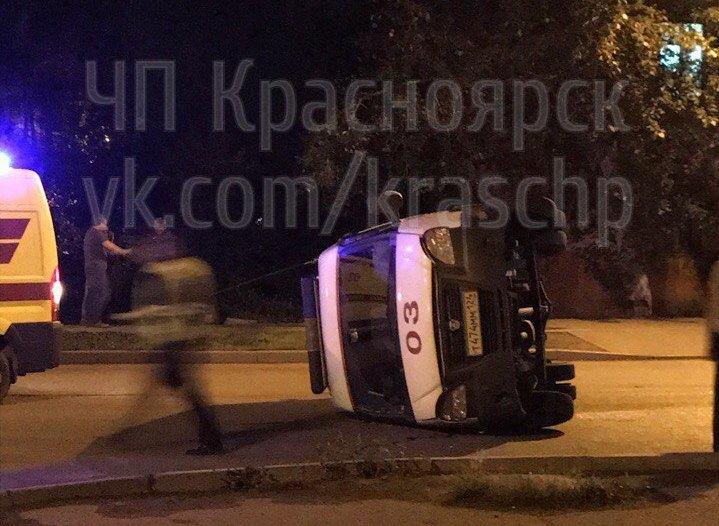 ВКрасноярске шофёр ВАЗа протаранил «Скорую помощь» и убежал сместа ДТП