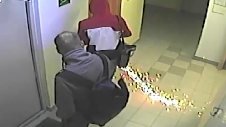 В Академическом двое парней вскрыли замок болгаркой и похитили велосипеды: видео