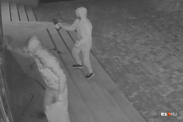Вандалы усердно закрашивали стены, но не догадались залить краской видеокамеру, которая их снимала
