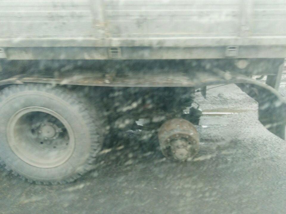Грузовая машина осталась без колеса из-за ямы