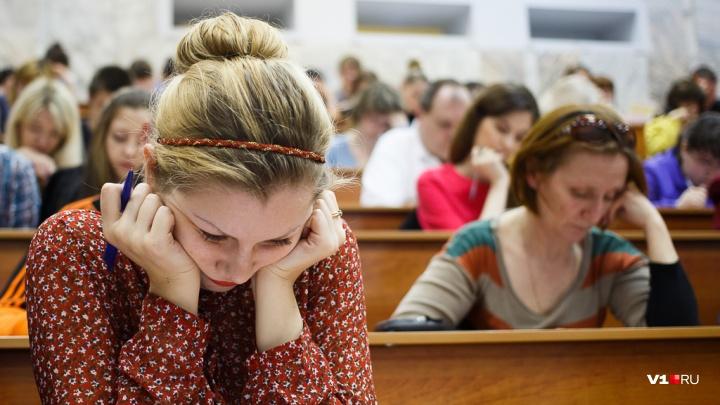 В Волгоградской области преподаватель попалась на торговле дипломами из-под полы