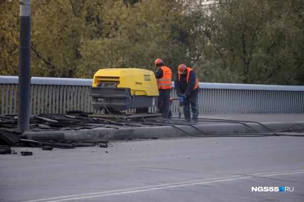 Ремонтировать мост начали в октябре прошлого года (фото из архива)