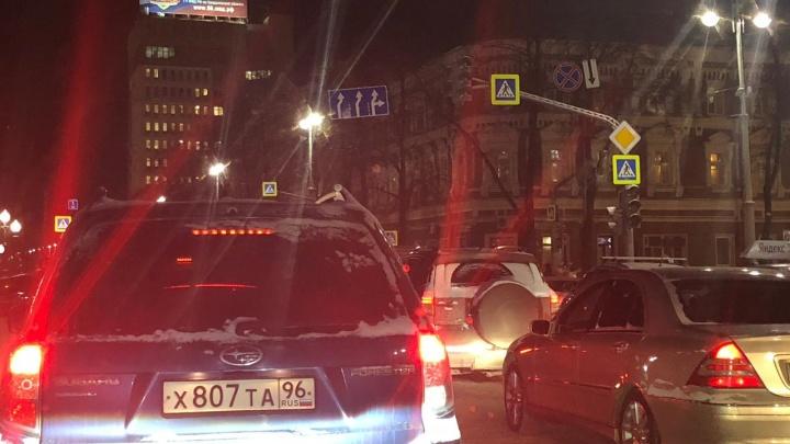 В час пик на Ленина столкнулись на трамвайных путях три автомобиля и сломался светофор