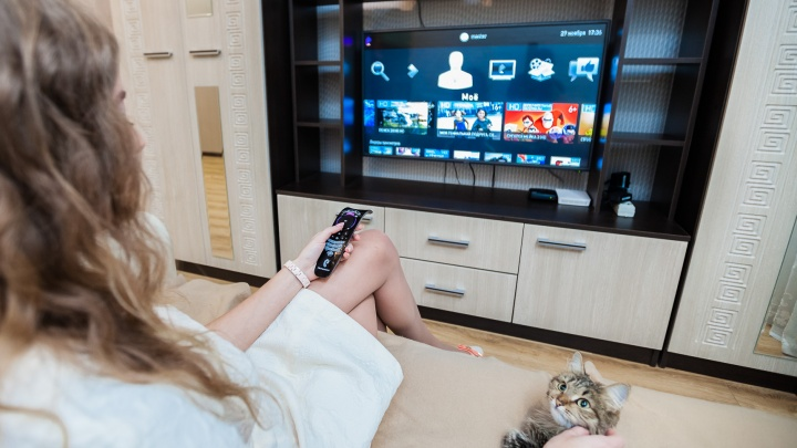 «Главное украшение стола — телевизор»: уральцы рассказали, что будут смотреть под бой курантов