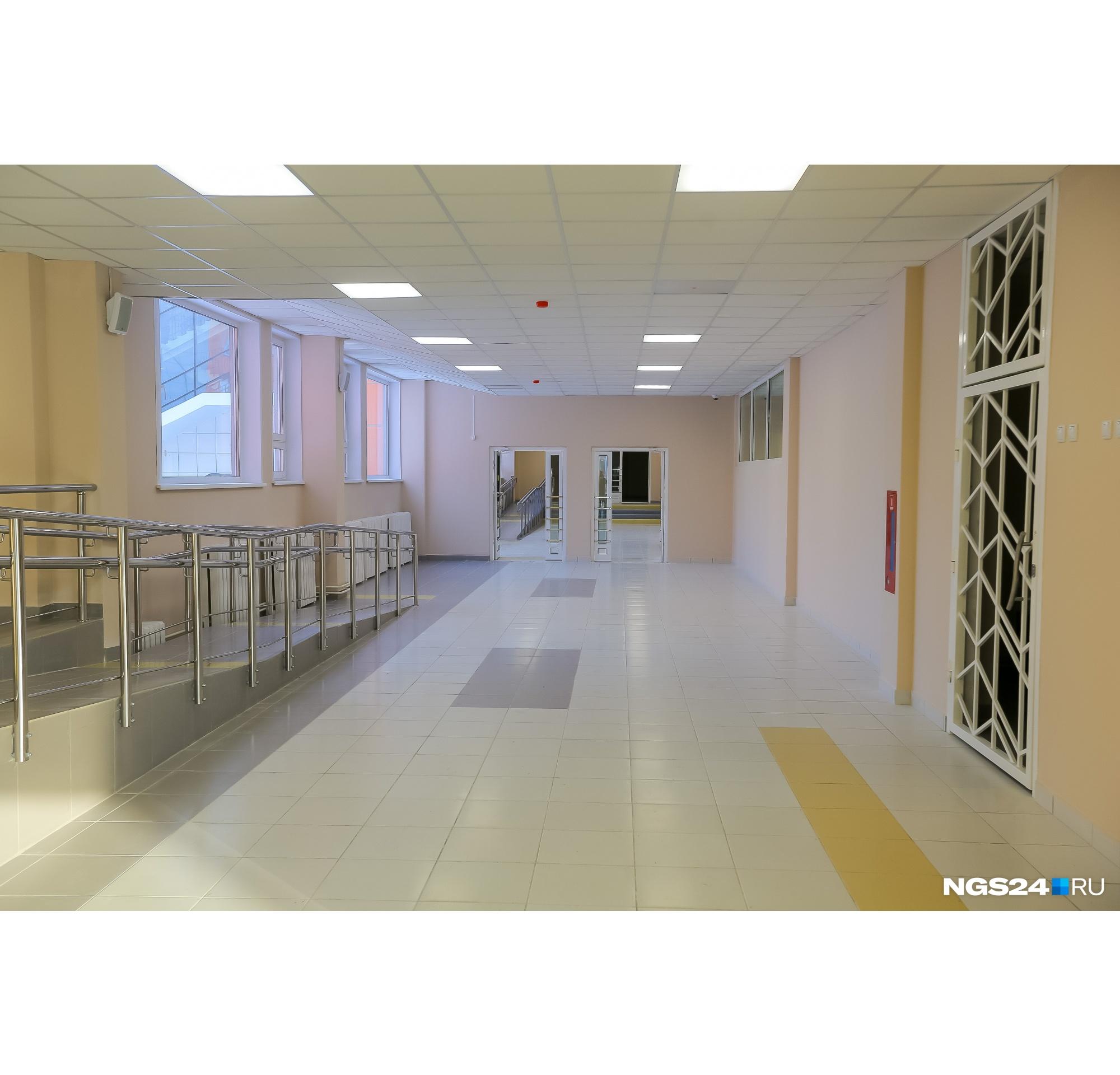 У каждой лестницы в школе есть пандусы