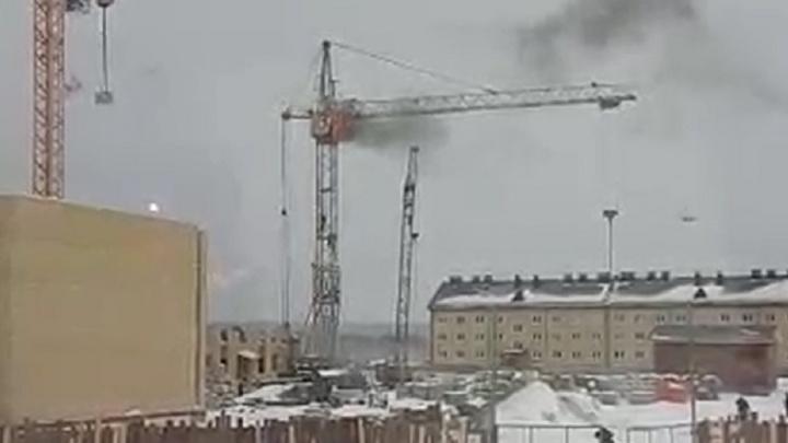 Пылает как факел: на стройплощадке в Березовском загорелся башенный кран