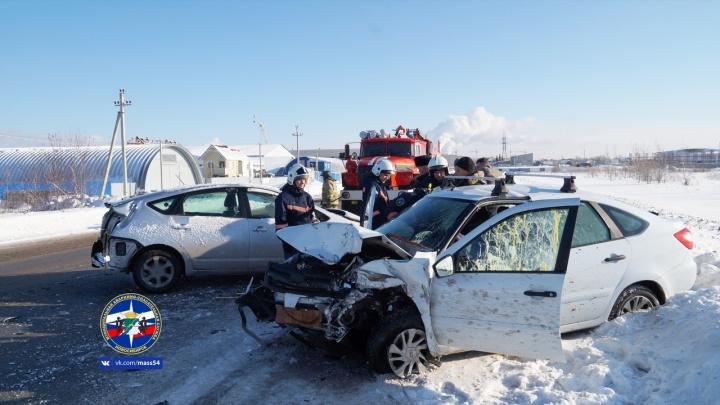 Три человека пострадали в лобовом ДТП под Новосибирском: одну пассажирку травмировали подушки безопасности
