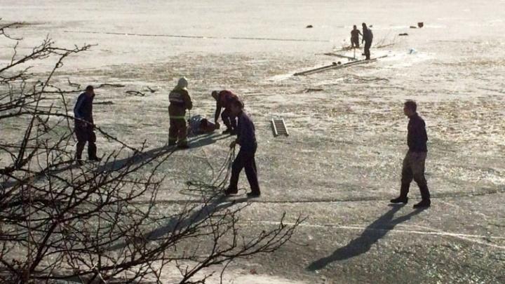 Спасатели четыре раза за день вытаскивали рыбаков из-подо льда озера Большое