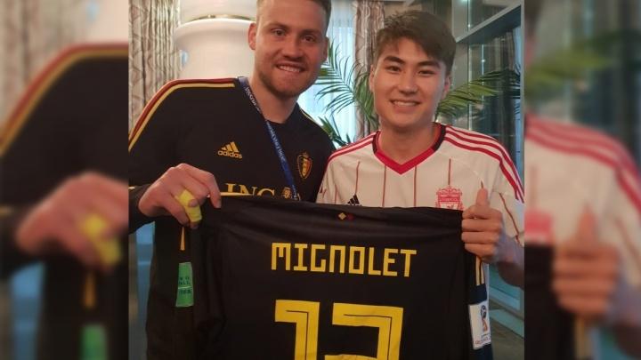 Голкипер сборной Бельгии подарил фанату из Киргизии свою футболку